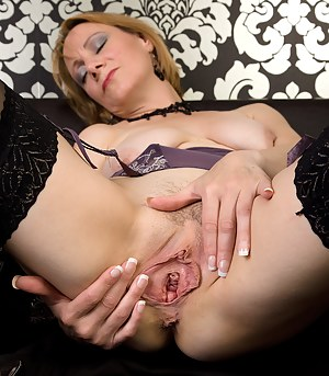 Free MILF Spreading Porn Pictures